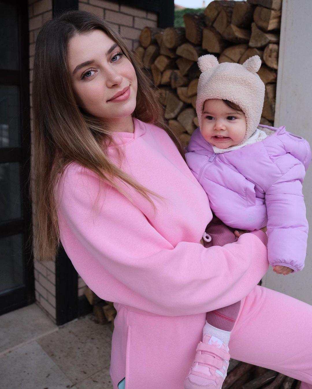 غمزة-ارتشيل-وابنتها
